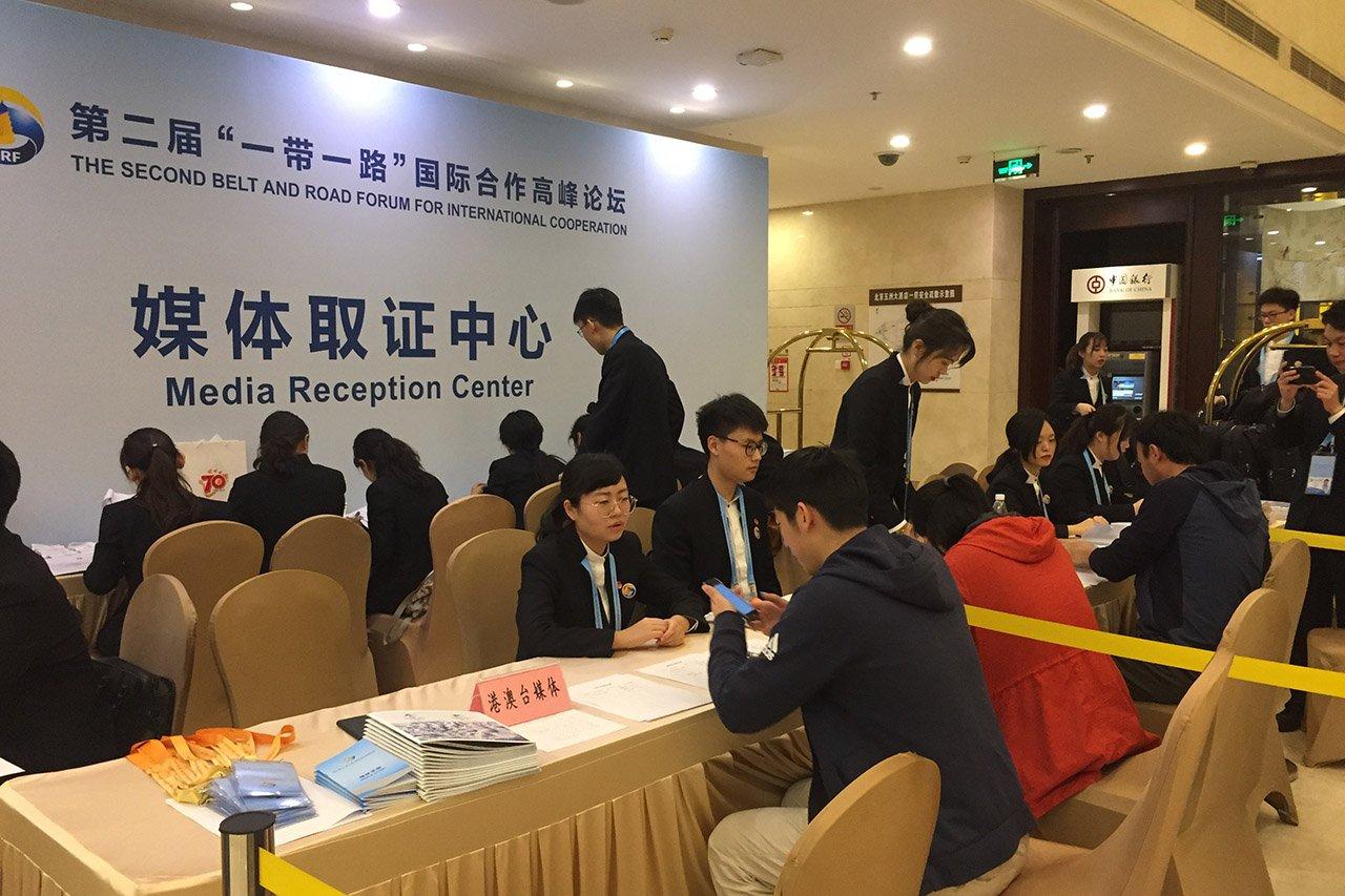 """來自全球各地的媒體抵達北京報道""""一帶一路""""論壇。"""