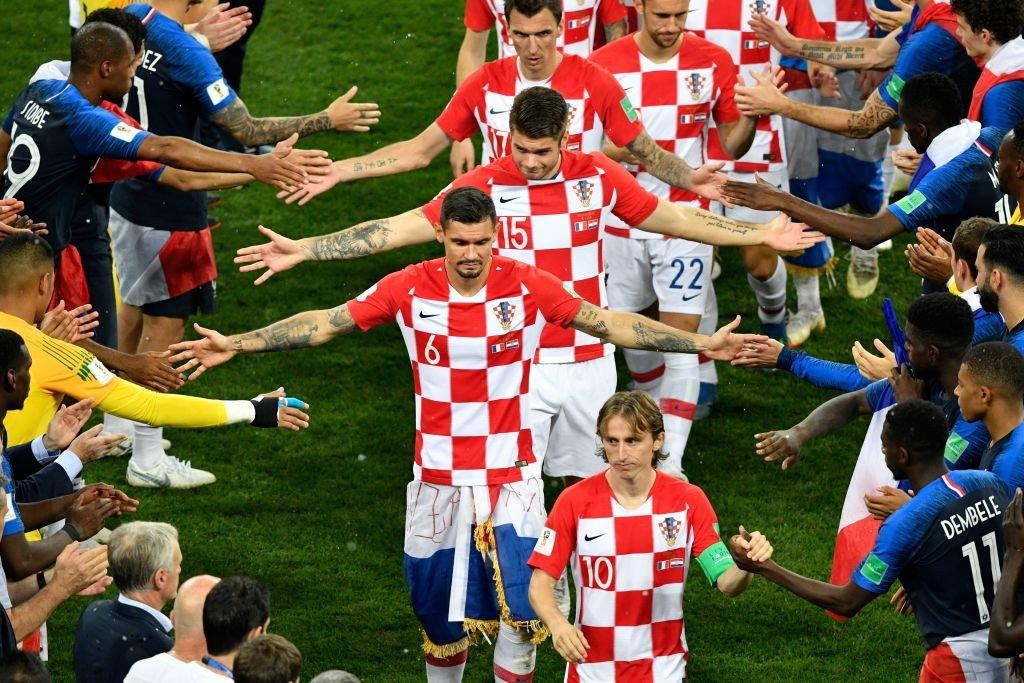 Los jugadores croatas reciben el pasillo de honor de Francia durante la entrega de las medallas del Mundial de Rusia 2018.