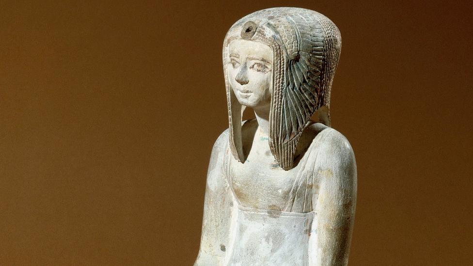 الملكة تيتي شيري جدة الملك أحمس من عصر الأسرة 18 في تمثال نادر بالمتحف البريطاني وتضع شعرا مستعارا بطريقة فريدة