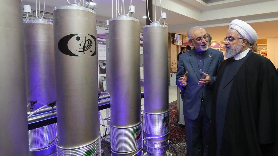 Hassan Rouhani inspeccionando tecnología nuclear.