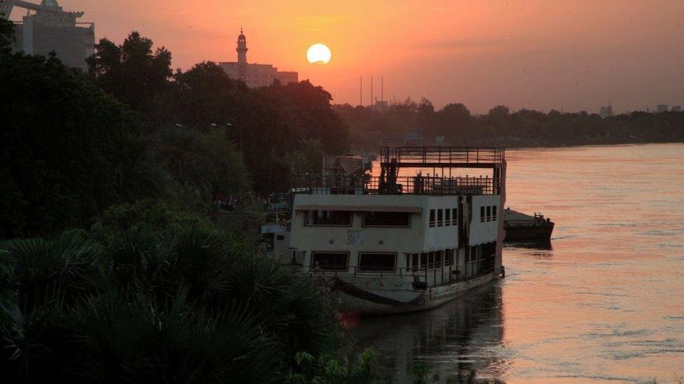 منظر للواجهة البحرية لنهر النيل الأزرق في شمال العاصمة الخرطوم عند غروب الشمس