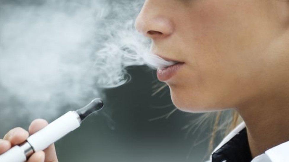 شخص يدخن اليكترونيا