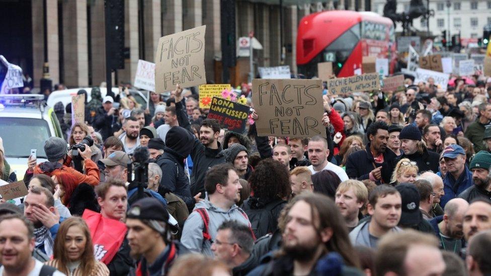 Londra'da Cumartesi günü koronavirüs önlemlerine karşı protesto gösterisi düzenlendi