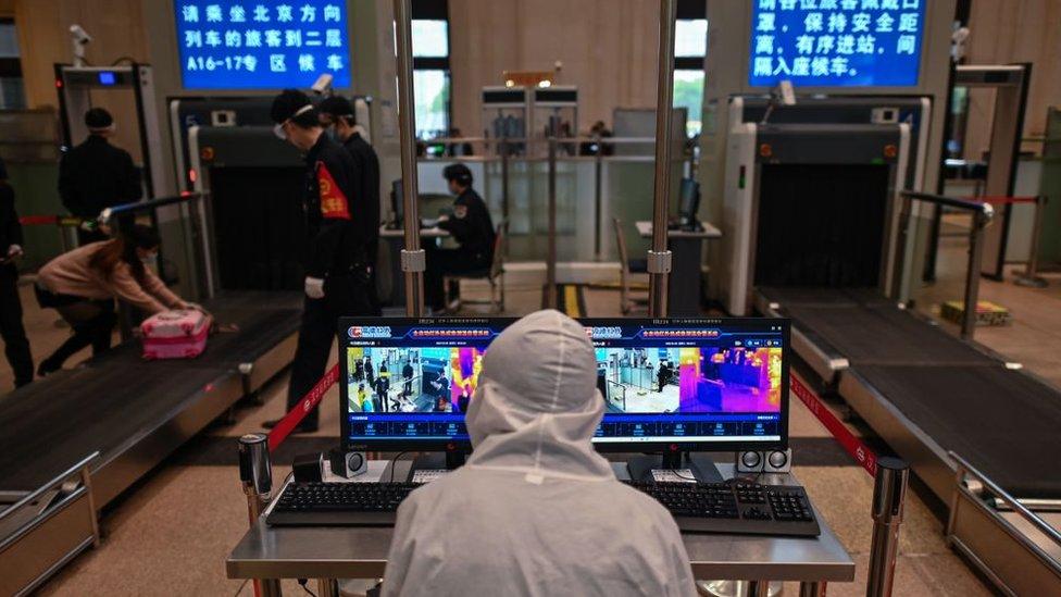 Hankou Tren İstasyonu'na giren yolcuların vücut sıcaklıkları, ısı ölçer kameralarla kontrol ediliyor.