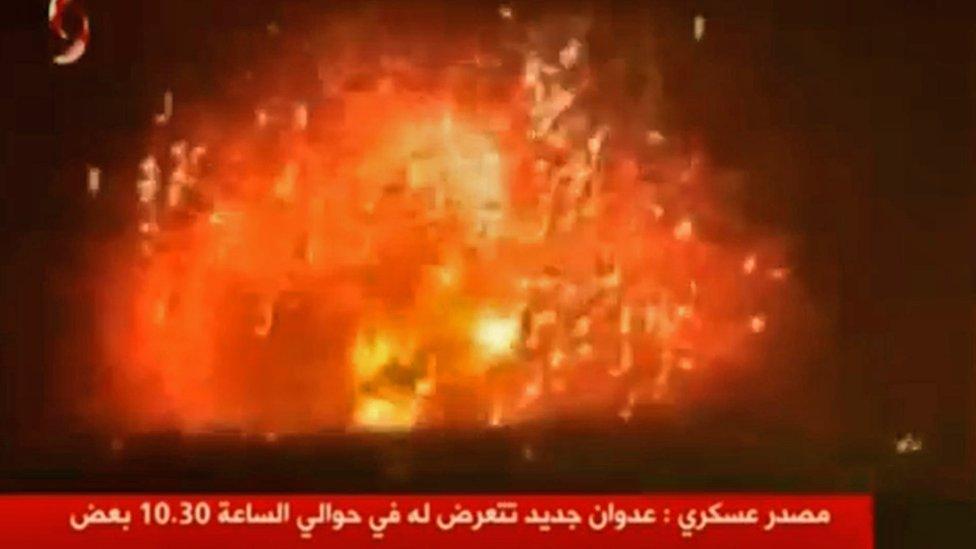 Captura de pantalla de un video de la televisión siria que supuestamente muestra una explosión ocurrida durante el ataque.