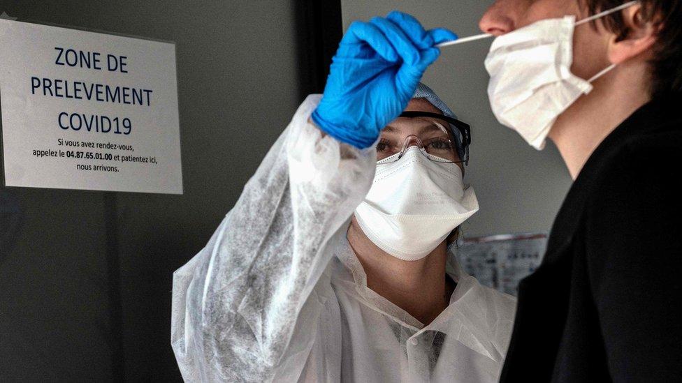 Una persona recibe una prueba de covid-19