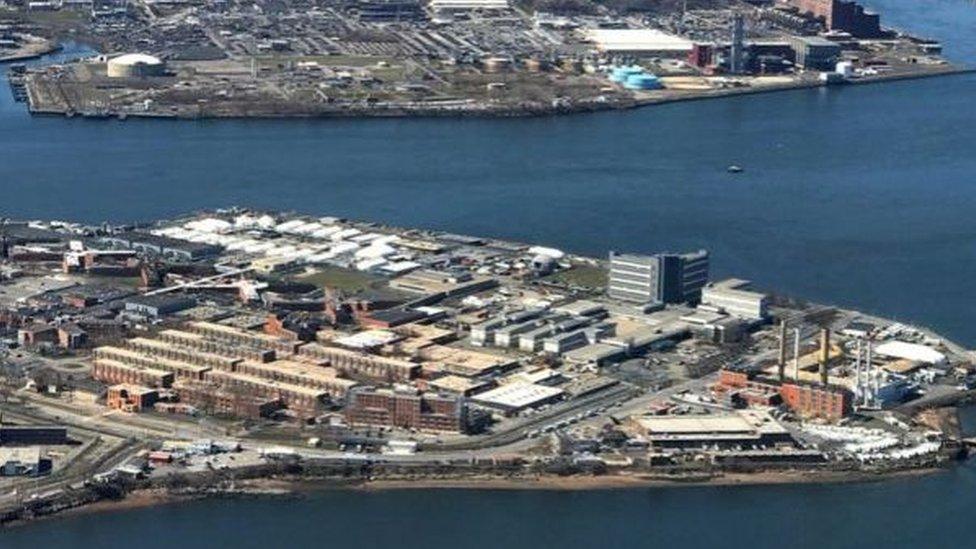 يربط جسر بين جزيرة ريكرز وبقية نيويورك