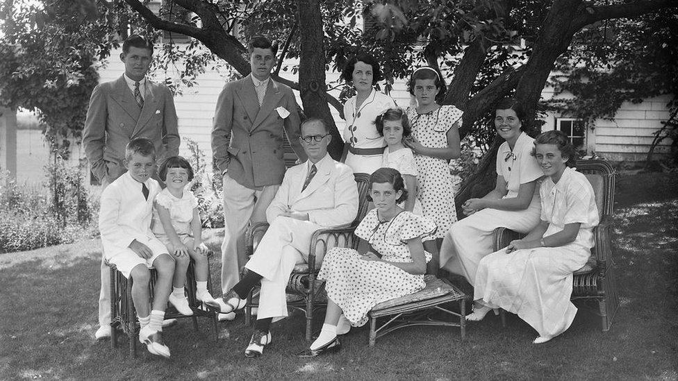 Joseph P. Kennedy y Rose Fitzgerald junto a sus nueve hijos.