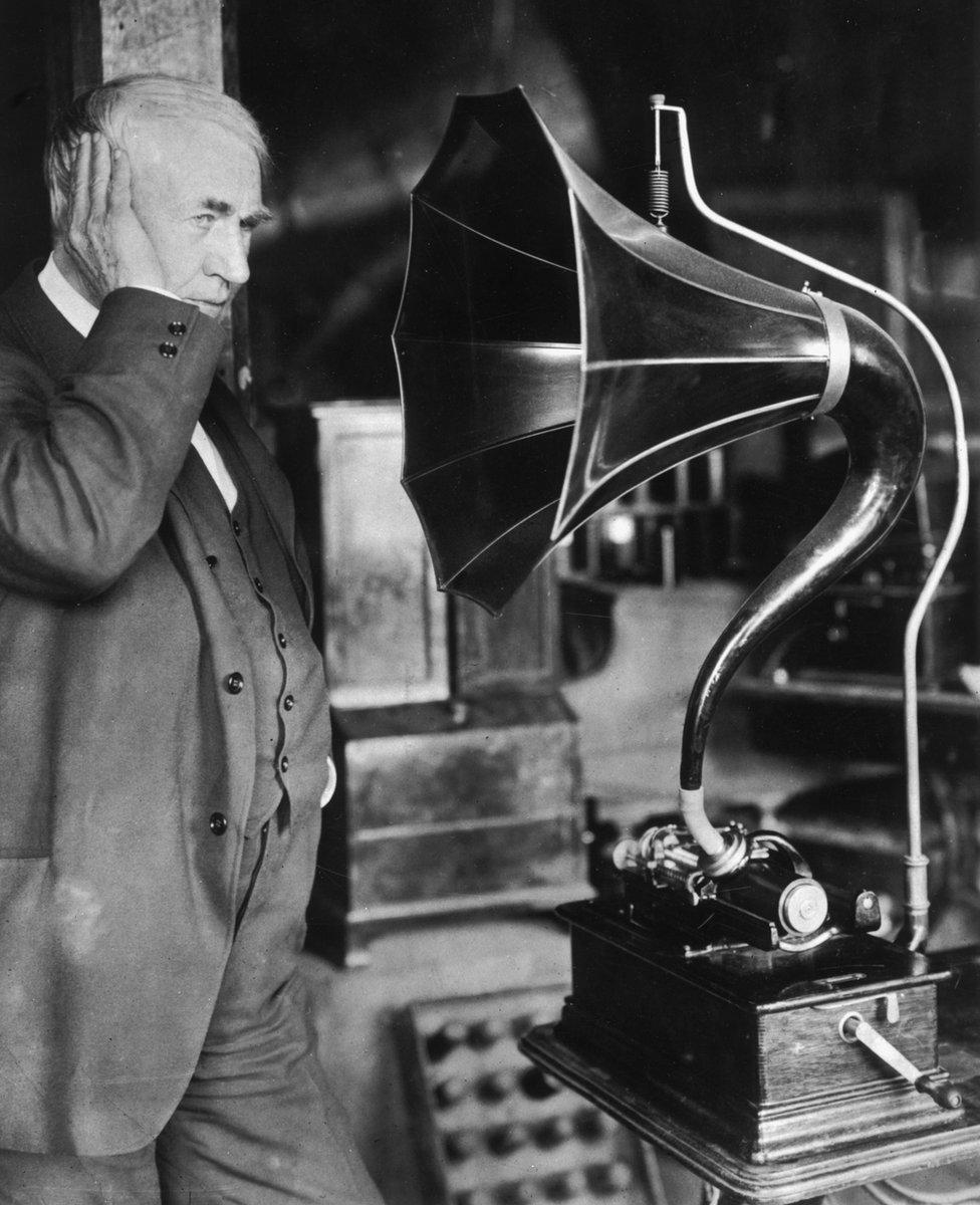 Thomas Edison escuchando su fonógrafo.