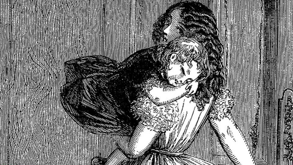 Mujer cargando hijo