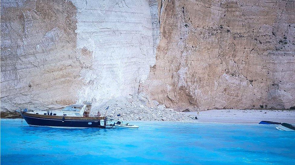 Navagio plaža, stene obrušene i brod na plaži