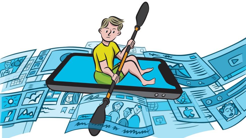 Niño navegando las redes