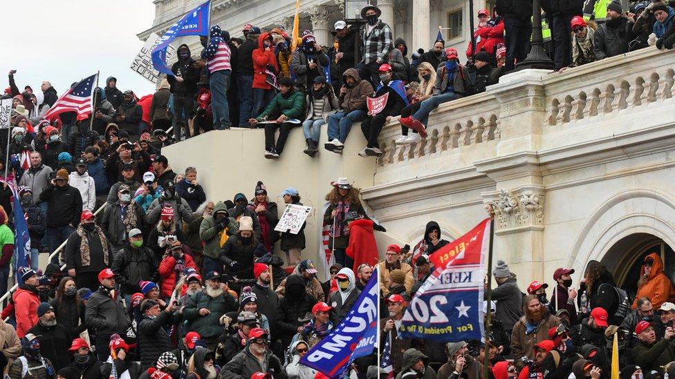 Un grupo de seguidores de Donald Trump a las puertas del Capitolio de Washington