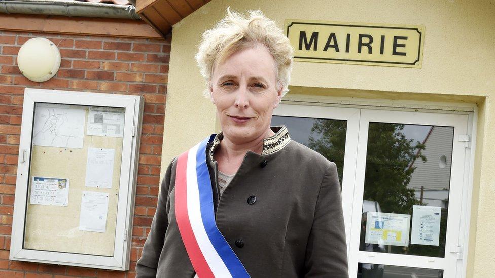 Tilloy-lez-Marchiennes ilçesi belediye meclis üyeleri Marie Cau'yu belediye başkanı seçti.