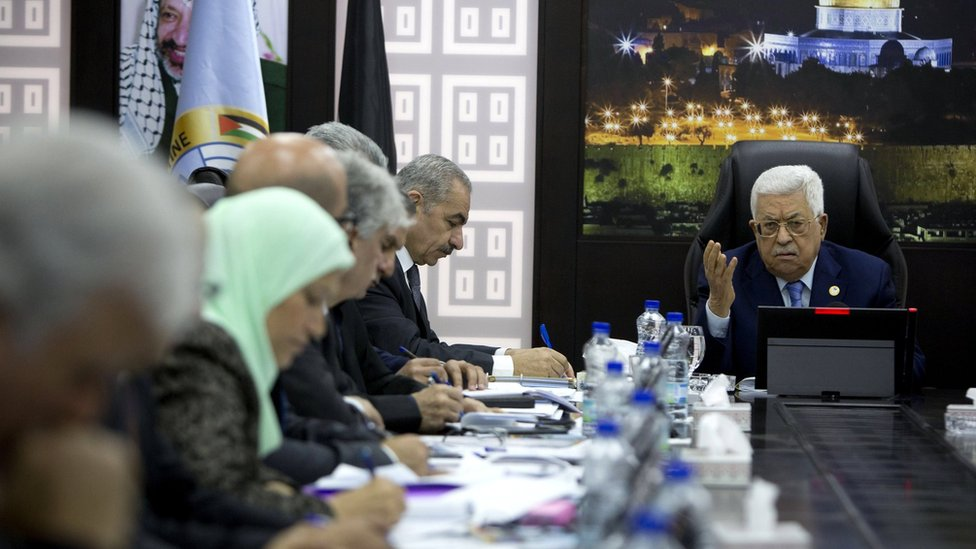 Palestinian Authority President Mahmoud Abbas (R) chairs a cabinet meeting in Ramallah (19 April 2019)