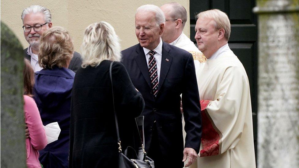 جو بايدن (وسط الصورة)