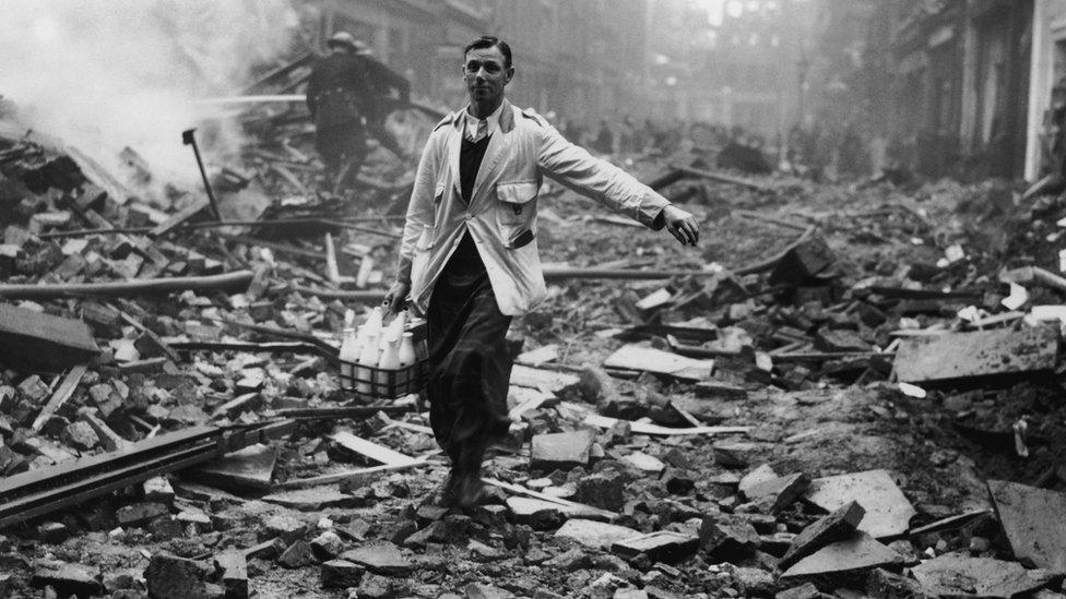 Un repartidor de leche en una calle de Londres bombardeada en la Segunda Guerra Mundial.