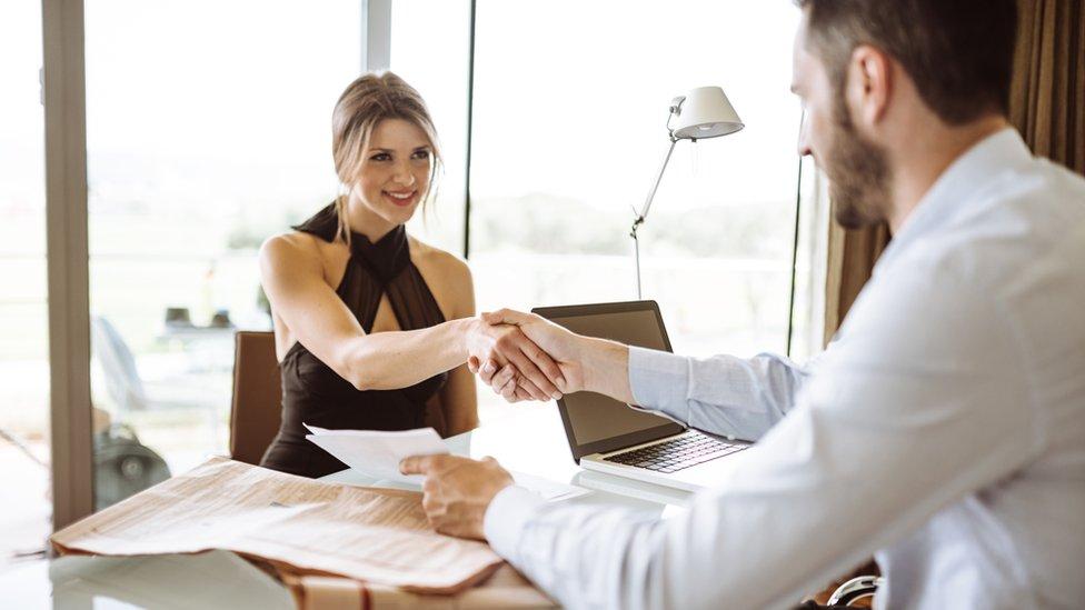 Mujer siendo contratada