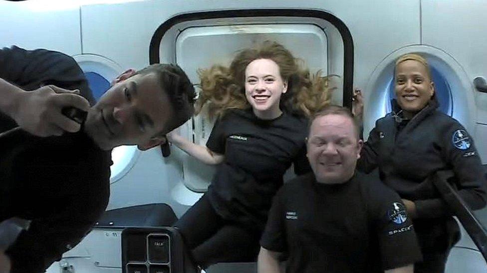 Космический корабль SpaceX с экипажем из четырех туристов приводнился в Атлантическом океане