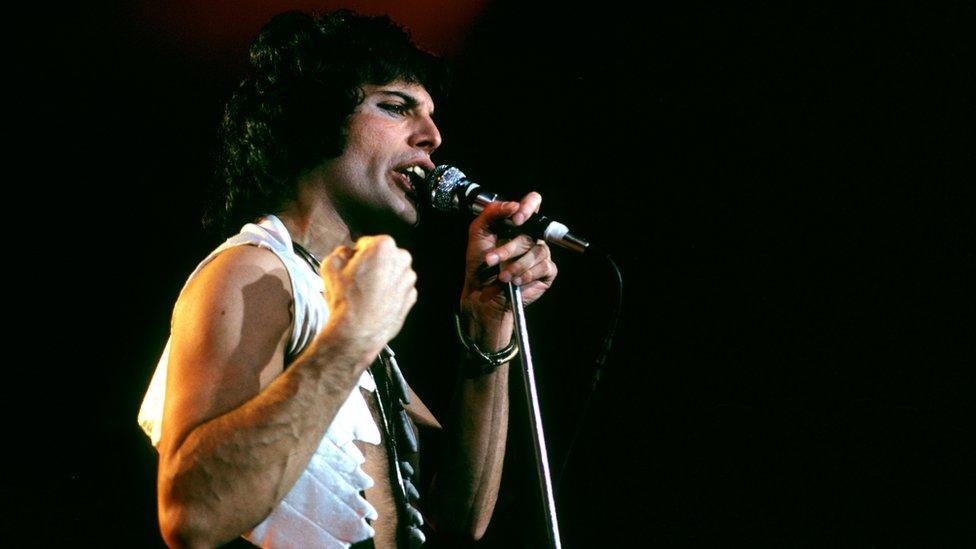 Freddie Mercury durante un concierto de joven.