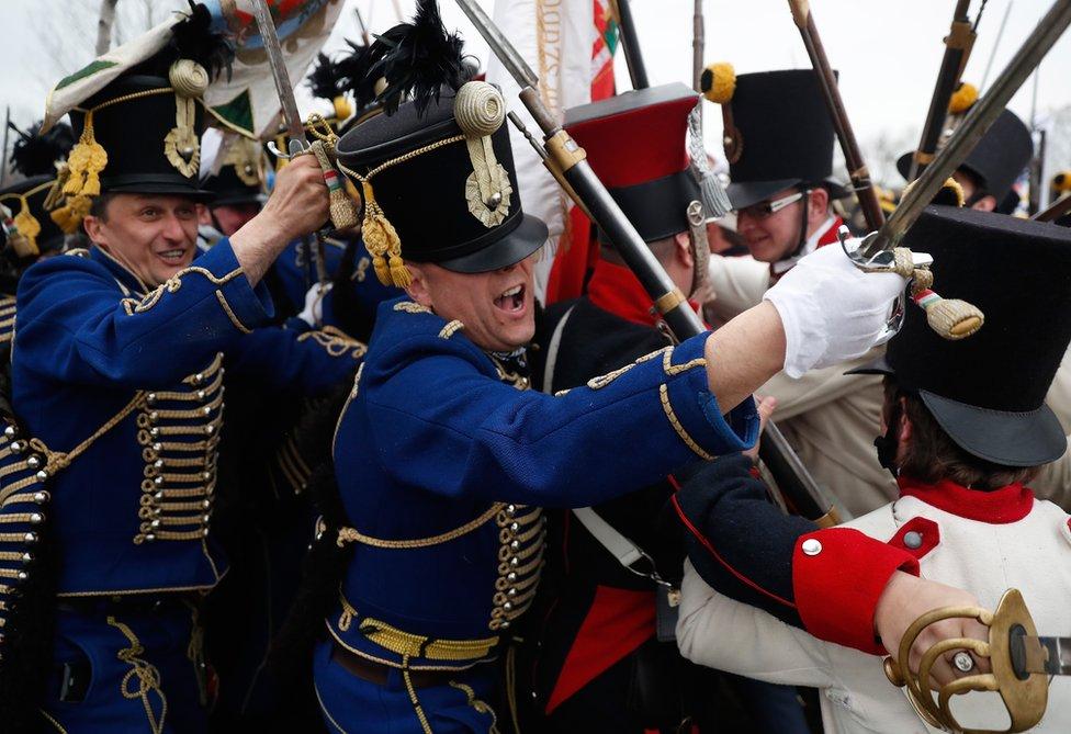 رجال يمثلون وهم يلبسون زي الفرسان في المجر، وزي جنود النمسا في الماضي أحداث معركة تابيوبيتشكي التي جرت قرب تشغليد في المجر. وتمخضت المعركة عن استقلال المجر لفترة قصيرة عن امبراطورية النمسا.