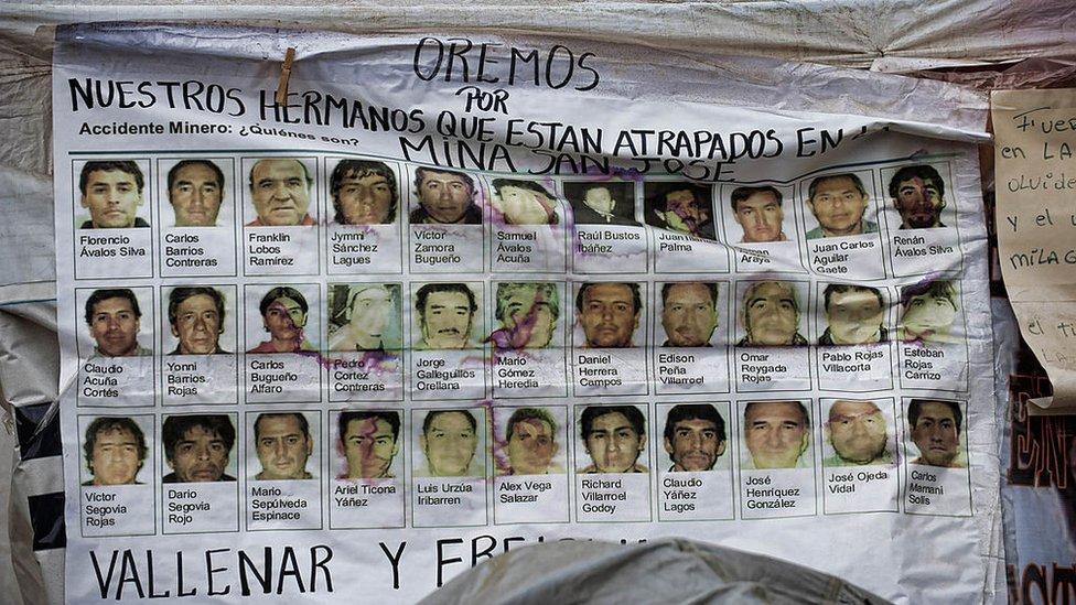 Cartel con foto de los 33 mineros