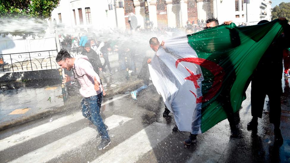تفريق الاحتجاجات