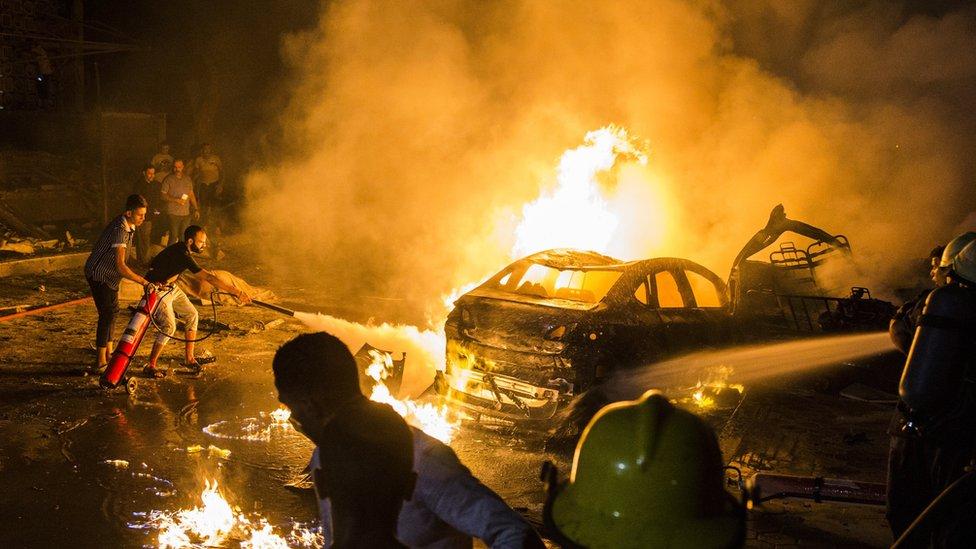 أشخاص يحاولون إخماد الحريق