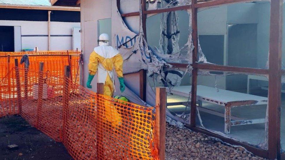 """Un trabajador de la salud dentro de la """"zona roja"""" de un centro de tratamiento del ébola que fue atacado en la mañana del 9 de marzo de 2019."""
