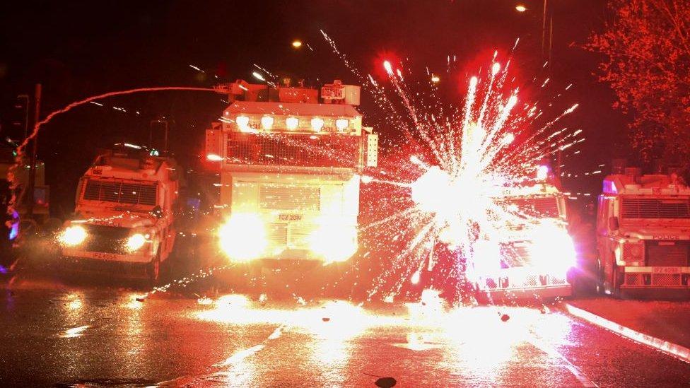 Incendios frente a camiones de la policía en Irlanda del Norte