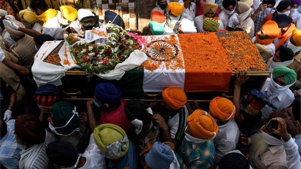 印度民眾送別在衝突中死去的印度士兵。