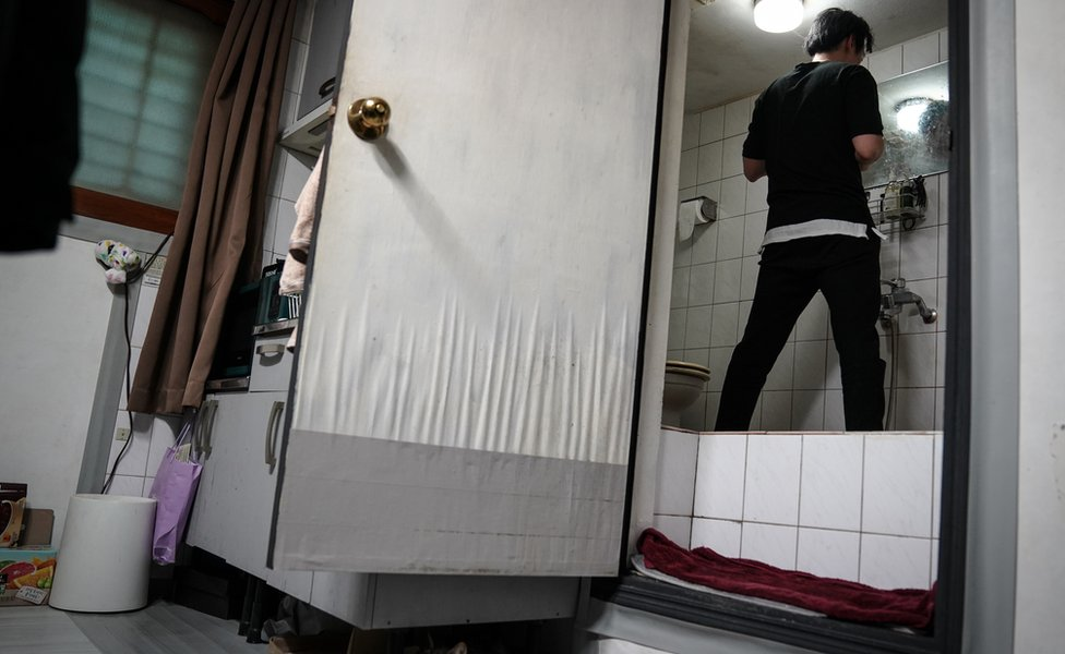 Oh Ki Čeol ne može da stoji sasvim uspravno u kupatilu zbog izdignutog poda