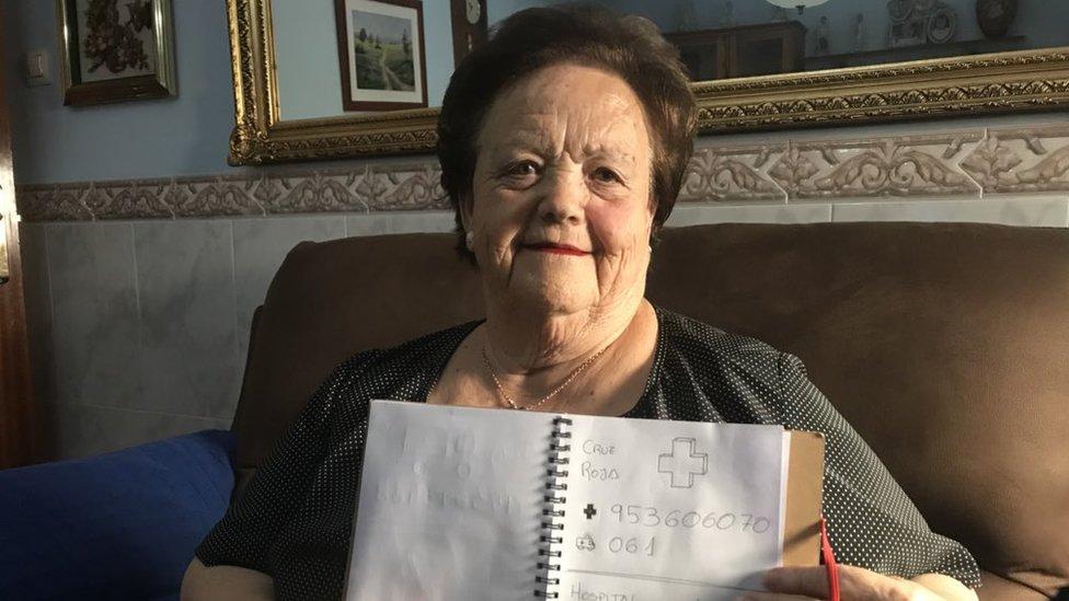 Encarna Alés y el cuaderno con los dibujos