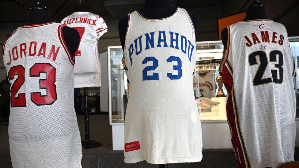 قميص أوباما التابع لمدرسة بوناهو رقم 23 بيع بمبلغ 120 ألف دولار وسجل قميص جوردان رقم 23 حوالي 320 ألف دولار