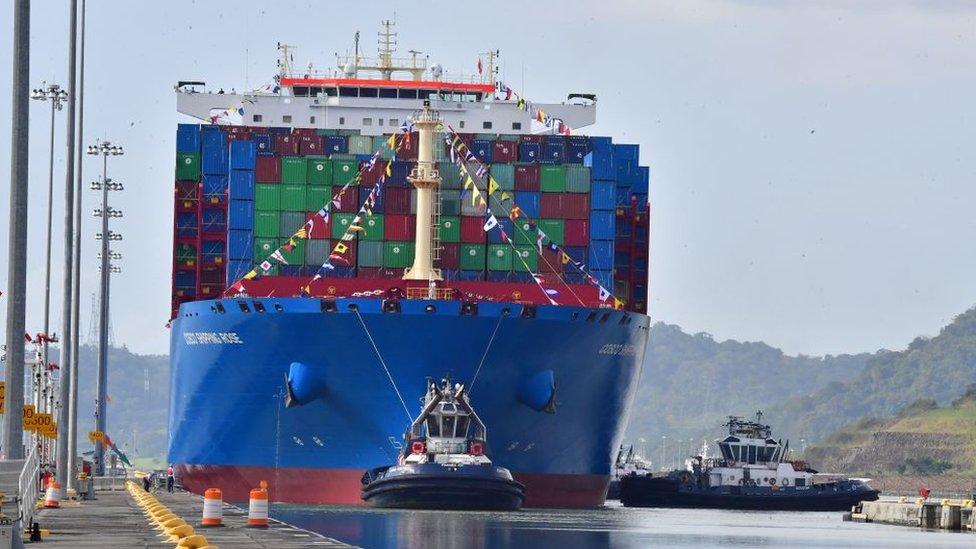 Barco chino en el Canal de Panamá.