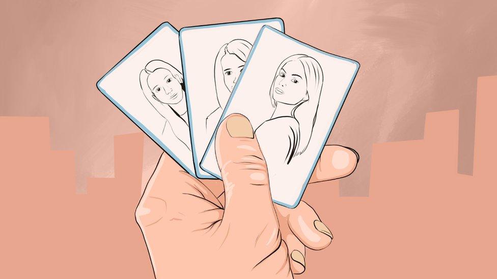 Risunok: tri kartы s narisovannыmi devuškami