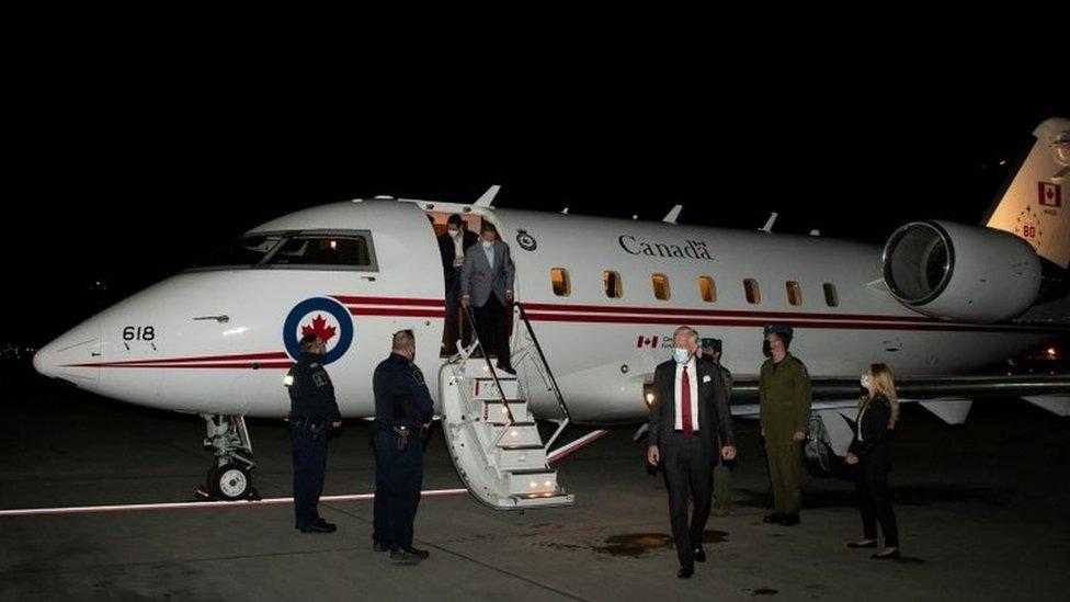加拿大公民康明凱(Michael Kovrig)和邁克爾·斯帕弗(Michael Spavor)所乘的加拿大政府包機抵達該國西部城市卡爾加裏,加拿大總理特魯多親自前往機場接機。