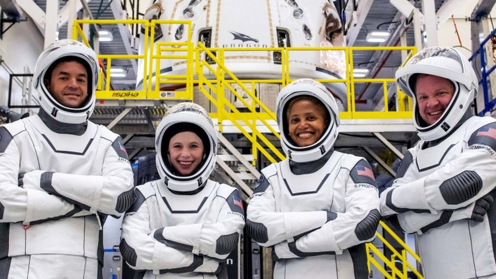 SpaceX: Amateur astronauts launch on Inspiration4 mission - BBC News