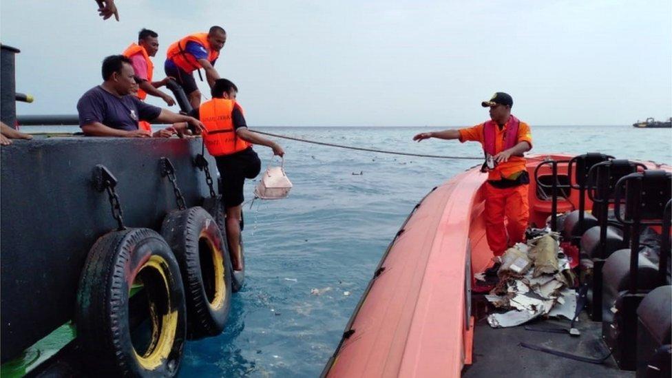 Stvari za koje se veruje da pripadaju putnicima pronađene su u vodi