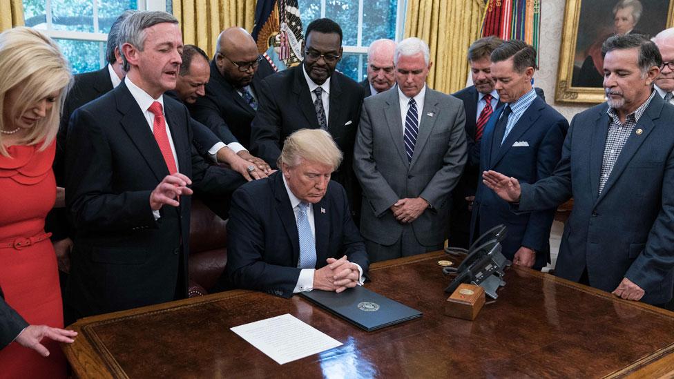 Predsednik Tramp sa verskim liderima u Ovalnoj sobi