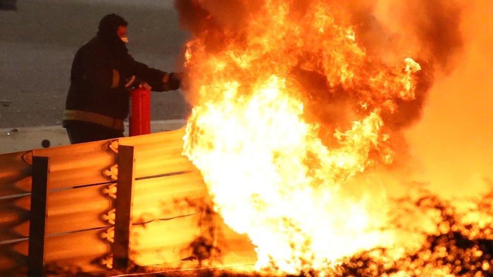 الحريق بعد انقلاب سيارة رومان غروجان