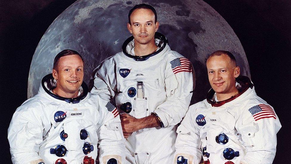 Neil Armstrong, Michael Collins y Edwin Aldrin Jr. en sus trajes espaciales en 1969.