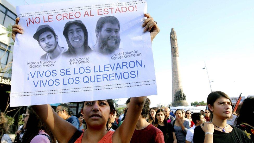 Protesta de los estudiantes de la Universidad de Medios Audiovisuales de Guadalajara tras la muerte de los tres estudiantes que asistían a ese instituto.