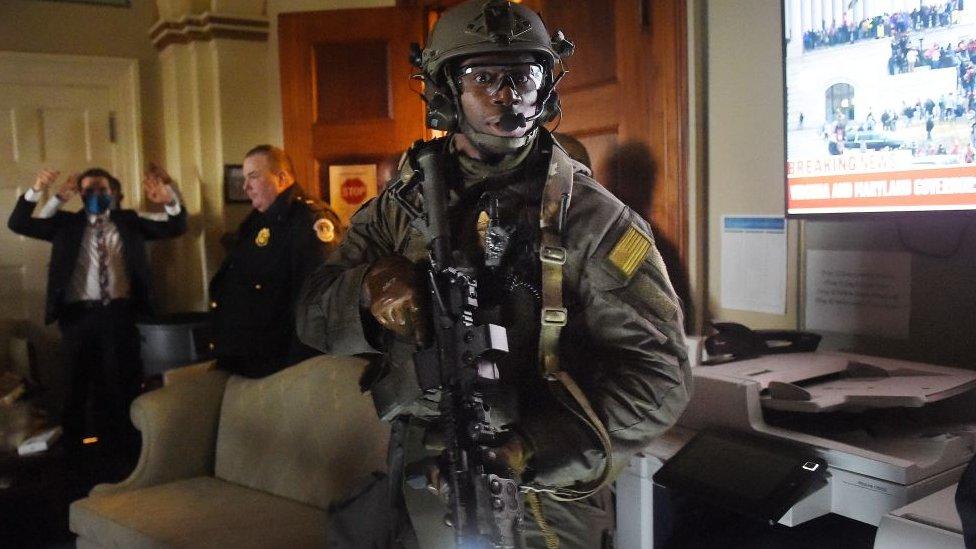 Agentes controlan el Capitolio.