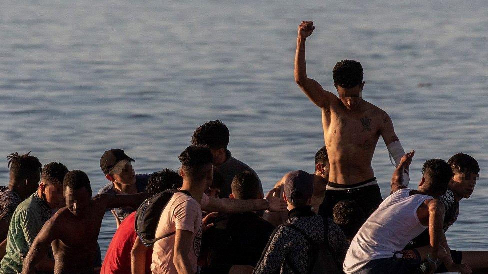 من بين المهاجرين أعداد كبيرة من الأطفال والقصر.