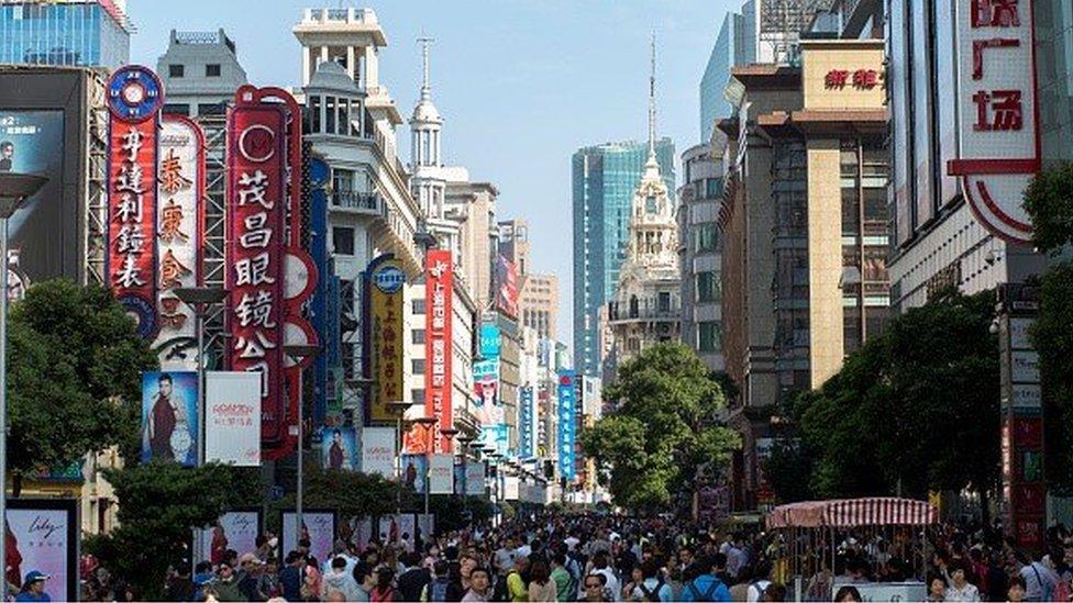Crowds in Nanjing roa