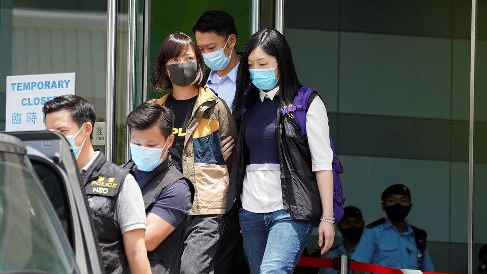香港警方國安處便裝警員把《蘋果日報》副社長陳沛敏(灰色口罩者)押入壹傳媒總部大樓(17/6/2021)