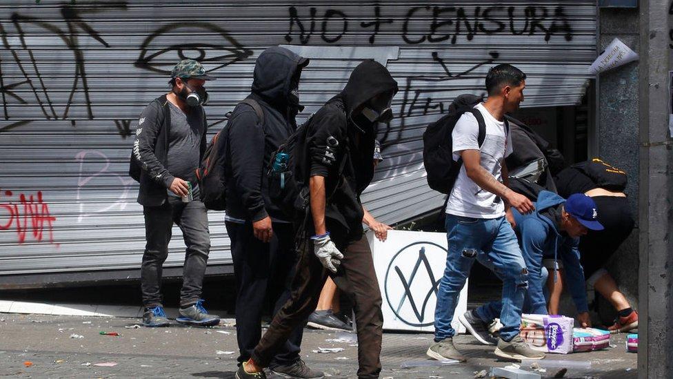 La protestas desbordaron la capacidad de respuesta de los cuerpos de seguridad que no lograron evitar los saqueos de muchos comercios.
