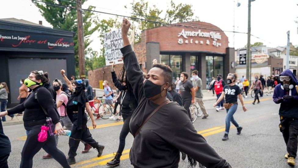 بعض المحتجين ساروا في الشوارع.