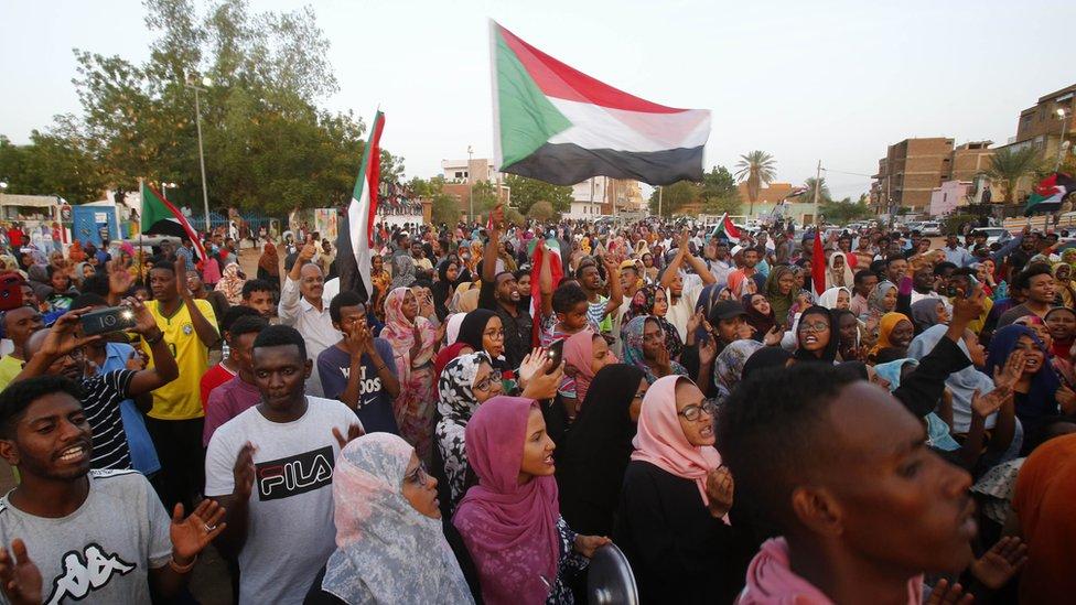 سودانيون يحتفلون، في شوارع الخرطوم، عقب الإعلان عن التوصل إلى اتفاق تقاسم السلطة